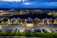 La Quinta Inn & Suites Milwaukee Delafield Image